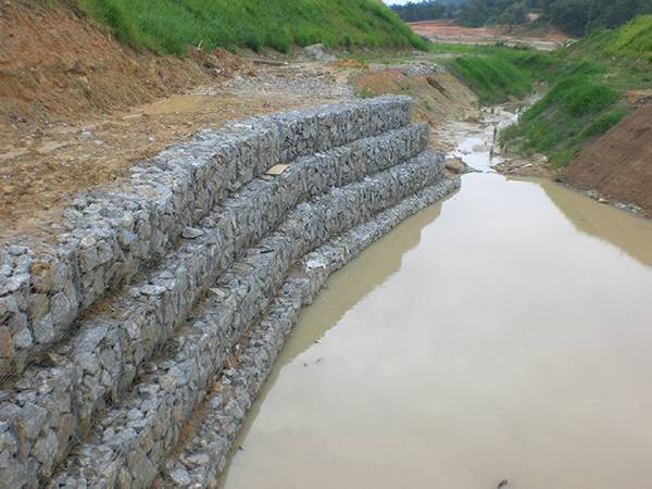 Galfan gabion mattresses are installed on a river bank.